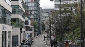 Leute, die in die Stadt auf Straße gehen stock video footage
