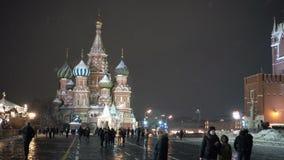 Leute, die an Stadt des Kremls Moskau des Roten Platzes gehen Nacht, die St.-Basilikum ` s Kathedrale glättet Mit Audio stock video