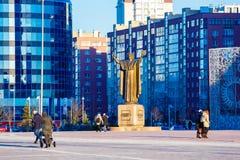 Leute, die in Stadt nahe Monument am Frühlingstag gehen lizenzfreies stockbild