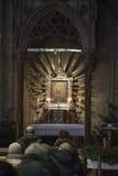 Leute, die in Stephansdom beten Stockbild