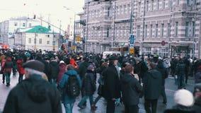 Leute, die in Straße gehen Treffen zum Gedenken an Nemtsov 27 02 2016 stock video