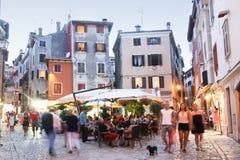 Leute, die in Straßen von Rovinj gehen Lizenzfreie Stockfotos