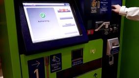 Leute, die Strafzettel zahlen und den Empfang an YVR-Flughafen nehmen stock video footage