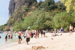 Leute, die an Strand Phra Nang sich entspannen Stockfotografie