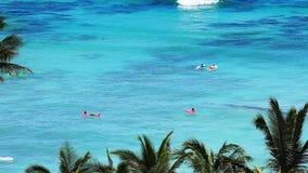 Leute, die Strand am tropischen Erholungsort-Paradies genießen stock video footage