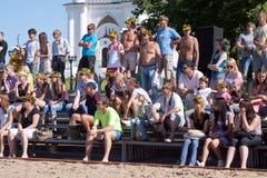 Leute, die Strandvolleyballturnier schauen Lizenzfreies Stockfoto