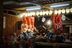 Leute, die Tenjin-Festival, Osaka Japan, am Montag, den 23. Juli genießen stockbild