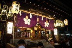 Leute, die Tenjin-Festival, Osaka Japan, am Montag, den 23. Juli genießen lizenzfreie stockfotos