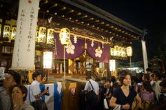Leute, die Tenjin-Festival, Osaka Japan, am Montag, den 23. Juli genießen stockfotos