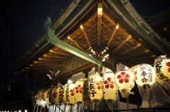 Leute, die Tenjin-Festival, Osaka Japan, am Montag, den 23. Juli genießen lizenzfreies stockfoto