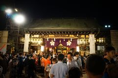 Leute, die Tenjin-Festival, Osaka Japan, am Montag, den 23. Juli genießen stockfoto