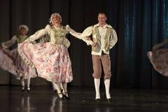 Leute, die in traditionelle Kostüme auf Stadium tanzen, Lizenzfreie Stockbilder