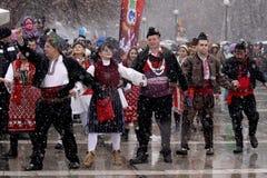 Leute, die traditionellen bulgarischen Tanz spielen Stockfotografie