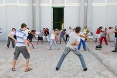 Leute, die Turnhalle auf der Straße von Santiago de Cuba machen Stockbild
