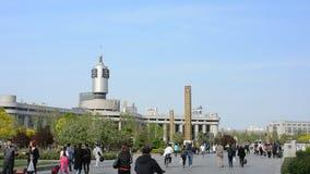 Leute, die um Bahnhof Tianjins gehen stock video footage