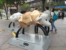 Leute, die um Gebäude Taipehs 101 in Taipeh, Taiwan gehen Lizenzfreie Stockfotos