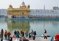 Leute, die um goldenen Tempel zusammentreten Lizenzfreie Stockbilder