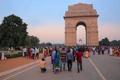 Leute, die um Indien-Tor in Neu-Delhi gehen Lizenzfreie Stockbilder