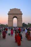 Leute, die um Indien-Tor in Neu-Delhi gehen Lizenzfreies Stockbild