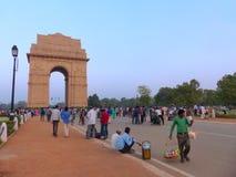 Leute, die um Indien-Tor in Neu-Delhi gehen Stockfotografie