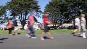 Leute, die um Straße in San Francisco, Kalifornien gehen stock footage