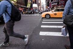Leute, die um Times Square-Gebäude in New York City, twillight gehen Stockbild