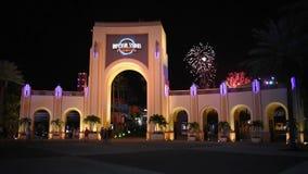 Leute, die um Universal Studios-Bogen und -Feuerwerke bei Citywalk in Universal Studios-Bereich gehen stock footage