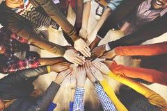 Leute, die unten multiethnisches Gruppen-Einheits-Freundschafts-Konzept liegen stockfoto