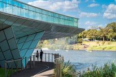 Leute, die unter der Fußbrücke in Adelaide-Stadt stehen Lizenzfreies Stockbild