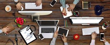 Leute, die Unternehmens- Arbeits-Technolog-Konzept treffen lizenzfreie stockbilder