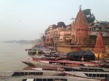 Leute, die in Varanasi entlang dem Fluss der Ganges im September 2016 arbeiten Lizenzfreies Stockfoto