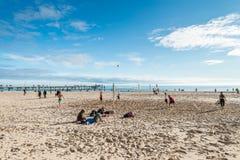 Leute, die Volleyball am Strand spielen Stockfotografie