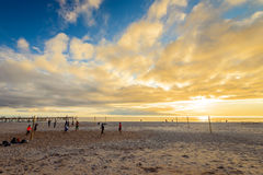 Leute, die Volleyball am Strand spielen Lizenzfreie Stockfotografie