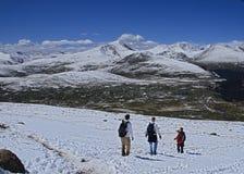 Leute, die vom Berg Bierstadt in Colorado absteigen lizenzfreies stockbild