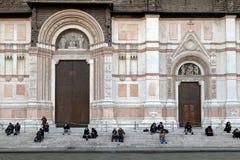 Leute, die vor San Petronio Cathedral Basilica di San Petronio im Bologna sitzen lizenzfreie stockbilder