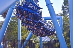 Leute, die vorwärts in fliegenden Modus im Manta Ray Rollercoaster an Seaworld-Freizeitpark umziehen lizenzfreie stockbilder
