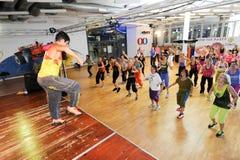 Leute, die während der Zumba-Trainingseignung an einer Turnhalle tanzen Lizenzfreie Stockfotografie