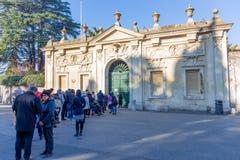 Leute, die warten, um eine Ansicht von St- Peter` s Basilika durch das Schlüsselloch der Tür zu erhalten führt zu die Di Malta La Stockbild
