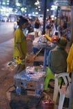 Leute, die Wasser draußen in Bangkok, Asien verkaufen stockfoto