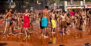 Leute, die in Wasserbrunnen tanzen Stockfotos