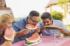 Leute, die Wassermelone essen stockbild