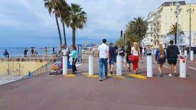 Leute, die Weg auf Promenade des Anglais, Tourismus in Nizza, Zeitversehen genießen stock video