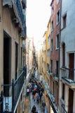 Leute, die weg von erhöhten Gehwegen in Venedig klettern Stockbilder