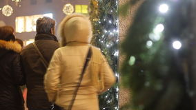 Leute, die in Weihnachtsjahreszeit in Mailand gehen stock video footage