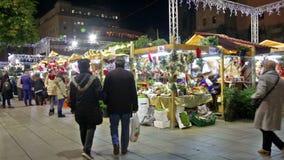 Leute, die am Weihnachtsmarkt gehen stock video