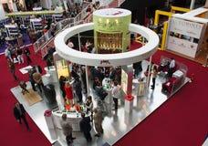 Leute, die Weine an der London-Weinmesse schmecken Stockfotografie