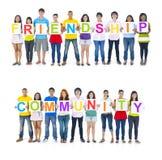 Leute, die Wort-Freundschaft halten und Gemeinschaft lizenzfreie stockfotografie