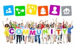 Leute, die Wort-Gemeinschaft feiern und halten Lizenzfreie Stockfotos
