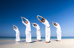 Leute, die Yoga-Strand-Landschaftskonzept durchführen lizenzfreies stockfoto