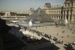 Leute, die in Zeile auf Eingang Luftschlitz, Paris warten Stockbild